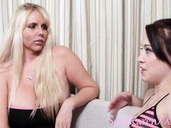 Безупречная девчонка дает интервью и мастурбирует вибратором