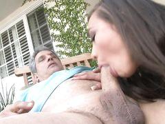 Седой старый сосед трахает на улице худенькую разносчицу газет