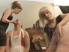 Неадекватная мистресс и ее подружки устроили порку рабам на вечеринке