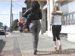Жена с подругой заставляют ее мужа лизать им ноги в публичных местах