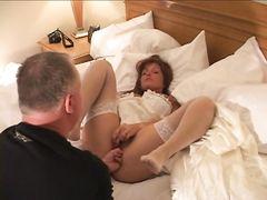 Два негра трахают невесту в чулках перед ее мужем рогоносцем