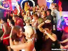 Развратные пьяные девушки занимаются групповым сексом на вечеринке