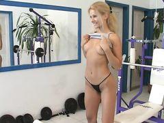Спортсменка занялась мастурбацией в спортзале используя резиновый член
