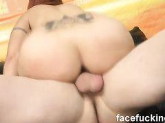 Рыжая девушка с пирсингом сосков попала на жесткий анальный секс с двумя