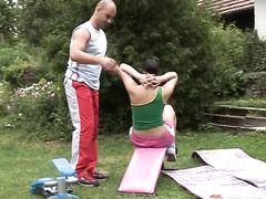 Спортсменка с красивым телом трахается на улице со своим тренером