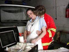 Санитар скорой помощи в гараже занялся сексом с медсестрой в чулках