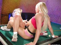 Юные блондинки лесбиянки со страпоном занялись сексом на бильярдном столе