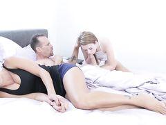 Сильный накачанный папаша энергично трахнул дочь пока мама спит рядом