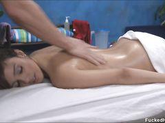 Возбуждающий секс массаж и ебля с обалденной девушкой в масле