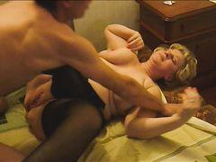 Извращенный молодой сын занимается домашним сексом с мамой в чулках