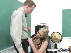 Училка в капроновых чулках прямо в классе на столе перепихнулась в попу с женатым коллегой