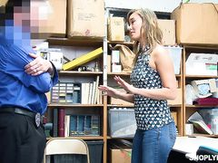 Охранник наказал сексом воровку в магазине на глазах ее подруги