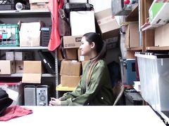 Суровый взрослый охранник магазина трахнул воровку азиатку