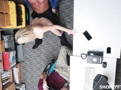 Воровка из магазина отрабатывает кражу пиздой
