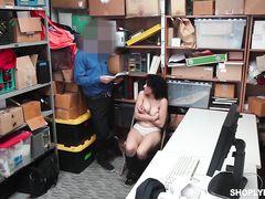 Опытный охранник супермаркета наказал сексом невезучую воровку