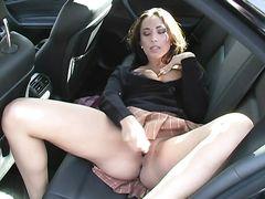 Горячая девчонка занялась мастурбацией в автомобиле