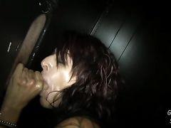Зрелая худая женщина получила сперму в рот после минета через глорихол