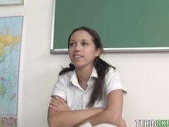 Большой накачанный учитель трахает ученицу с тонкой талией в классе
