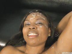 Белый кобель залил спермой лицо негритянки после жесткого секса