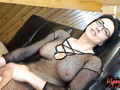 Очкастая милфа из Парижа дрочит пизду в эротическом видеочате