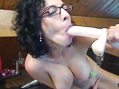 Грудастая зрелая француженка в очках дрочит секс игрушками перед вебкой