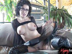 Сексапильная зрелая госпожа в коже устроила эротическое шоу в привате