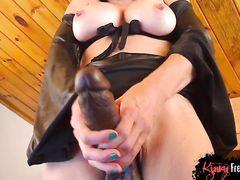 Зрелая француженка балуется со страпоном в эротическим чате MyFreeCams