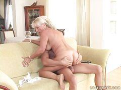 Пухленькая старушка занимается сексом с молодым пареньком