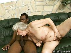 Белая старушка занялась сексом с негром после мастурбации секс машиной