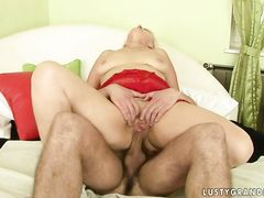 Толстая старая женщина трахается в разных позах с молодым парнем