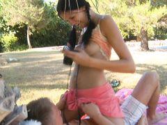 Фотогеничная девочка с косичками трахается на улице с фотографом
