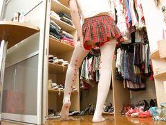 18-летняя японка мастурбирует вибратором у себя в спальне