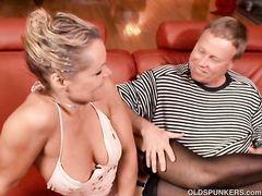 Зрелый куколд наблюдает за сексом жены с двумя парнями