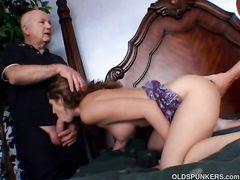 Два старика трахают в жопу красивую девку на глазах ее мужа рогоносца