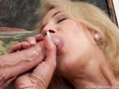Зрелая женщина с волосатой пиздой трахается на анальном кастинге