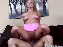 Лысый паренек трахает роскошную женщину на диване