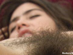 Восточная натуралка увлеклась мастурбацией волосатой письки на кастинге