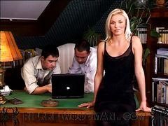 Секретарша в чулках участвует в групповом сексе в офисе с коллегами