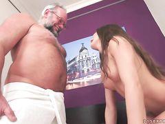 Седой дедушка и юная массажистка занялись сексом после массажа