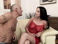 Зрелый любовник легко довел до оргазма молодую используя секс машину