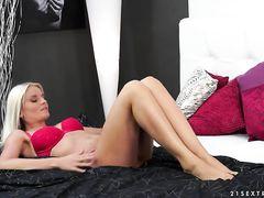 Заманчивая блондинка с вибратором сама себя доводит до оргазма