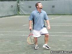 Зрелая теннисистка с большими сиськами занялась сексом с пикапером