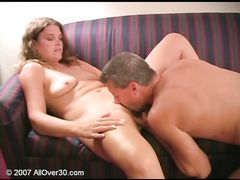 После жаркой ссоры муж с женой примеряются сексом на диване