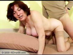 Моложавый кобель трахает старую женщину в нейлоновых чулках