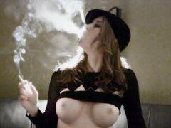 Девушка курит сигареты и делает чуткий минет