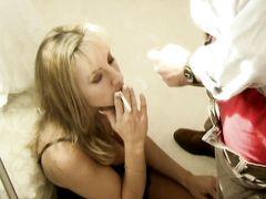 Курящая девушка получила сперму на лицо после минета любимому парню