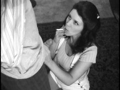 Симпатичная деваха делает минет парню и курит сигарету