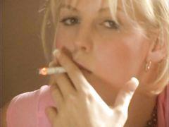 Резкий парень занялся сексом с курящей девушкой в колготках