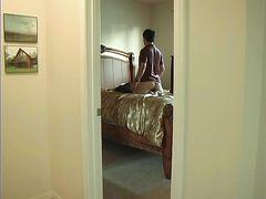 Курящая девушка трахается с парнем на скрытую камеру в спальне