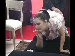 Пацан поставил раком курящую девчонку и выебал ее